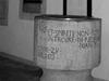 """Grabmal der Anna von Viermund in der Kirche von Nieder-Ense. Schon 1594 ließ Anna ihr Grabmal von dem Bildhauer Andreas Herber aus Kassel anfertigen und in der Kirche zu, Nieder-Ense aufstellen. Eine lange Spruchinschrift berichtet über den Prozess gegen ihre Vettern. Anna lässt ihr Grabmal deshalb noch zu ihren Lebzeiten bauen, um zu verhindern, dass in die Steine """"Menschenlob hineingebildet wird."""" (© Hans-Otto Landau)"""