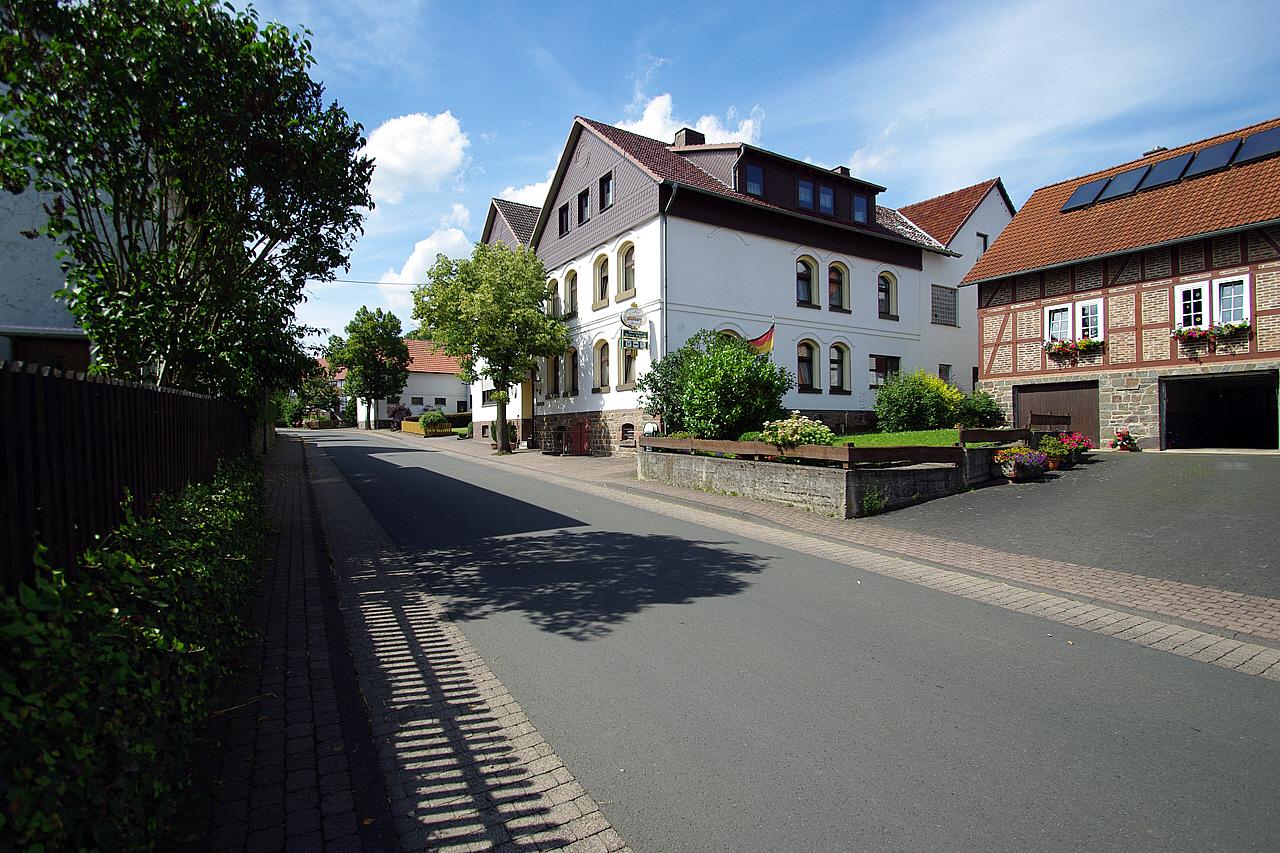Blick auf die Hauptstraße und Gasthaus Thiele. (© Mike Schwarz)