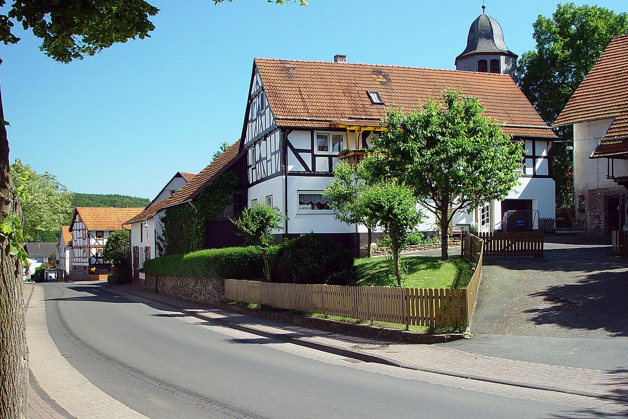 Blick auf die Hauptstraße und Petri Kirche. (© Mike Schwarz)