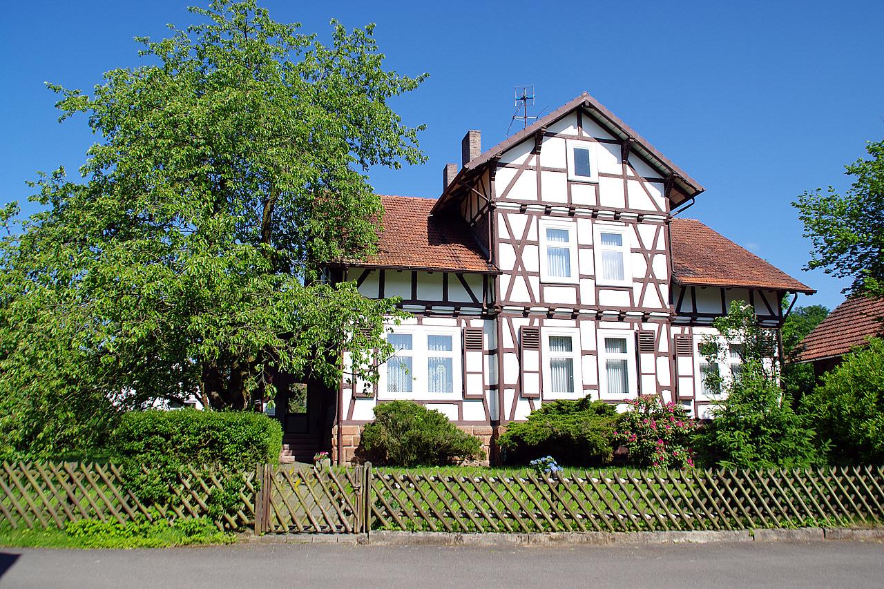 Blick auf das Pfarrhaus. (© Mike Schwarz)