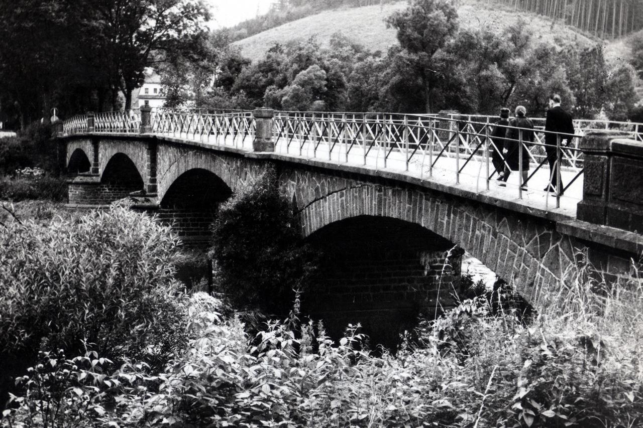 Ederbrücke (Hintergrund Matermühle) kurz vor der ersten Ausbesserung der Fahrdecke in 1967. (© Karl-Hermann Völker)