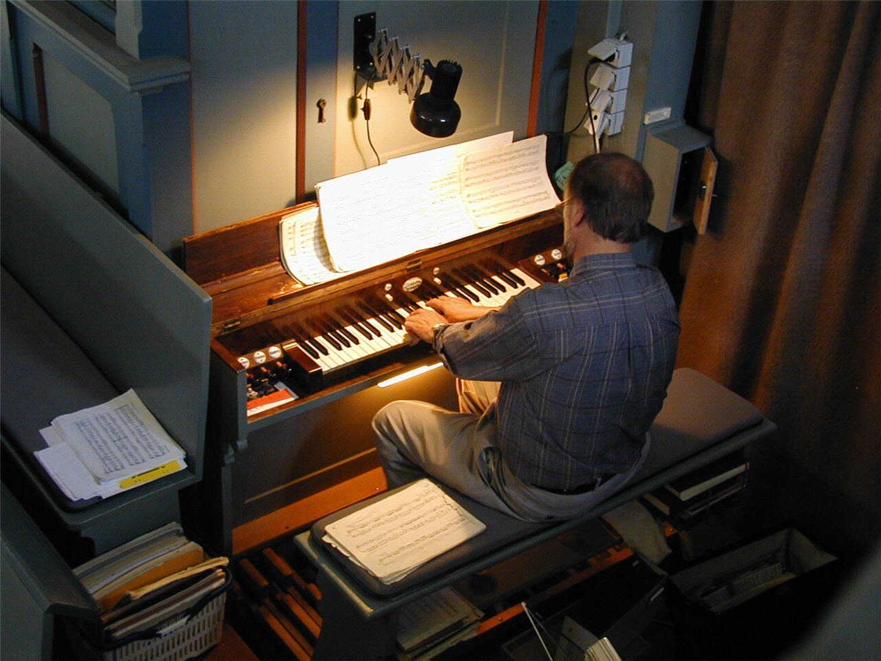Karl-Hermann Völker beim Orgelspiel. (© Detlef Battefeld)