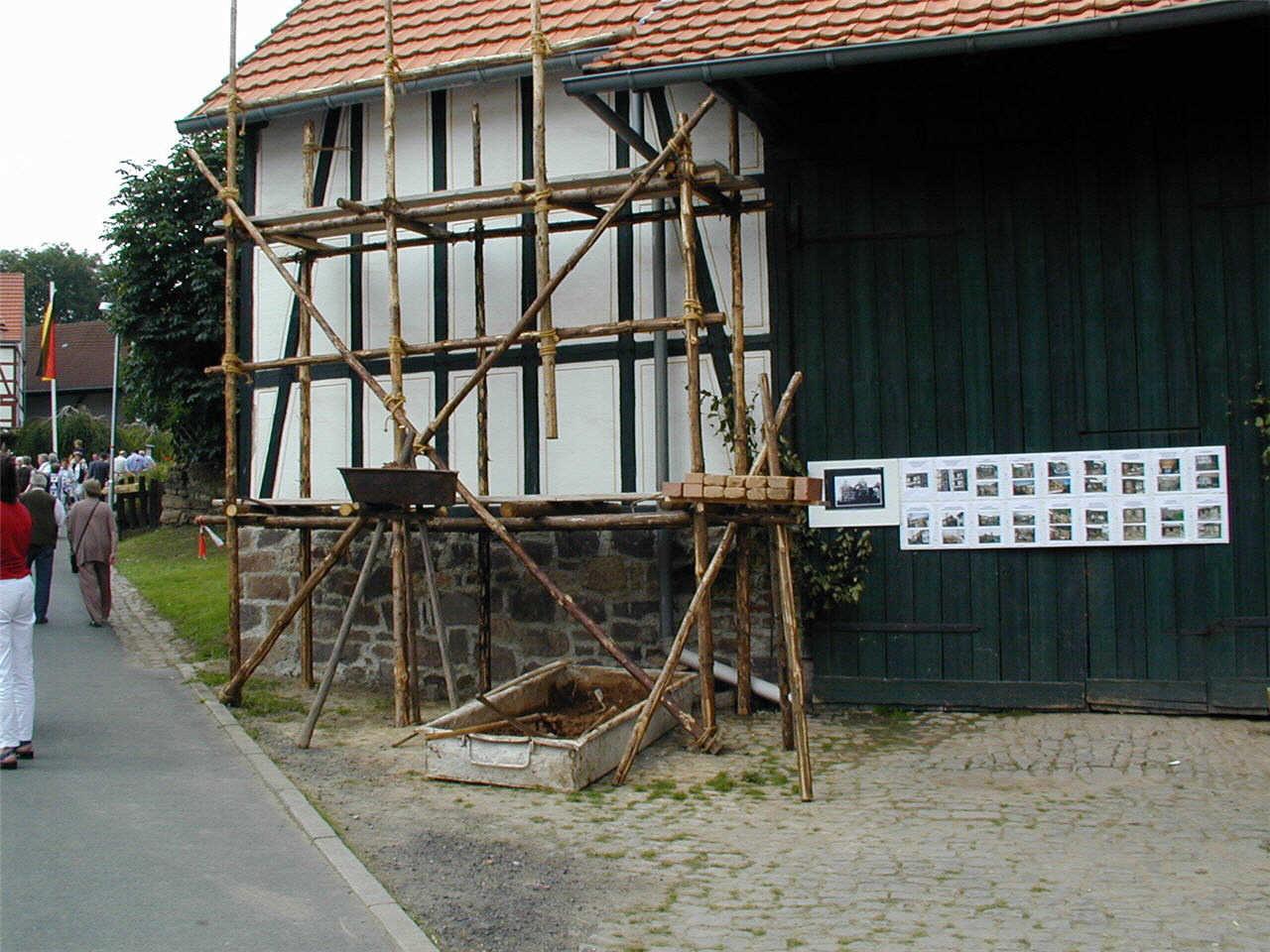 Bautechniken bei ehemals Ruhwedels Haus, Gerüstaufbau der Vergangenheit. (© Detlef Battefeld)