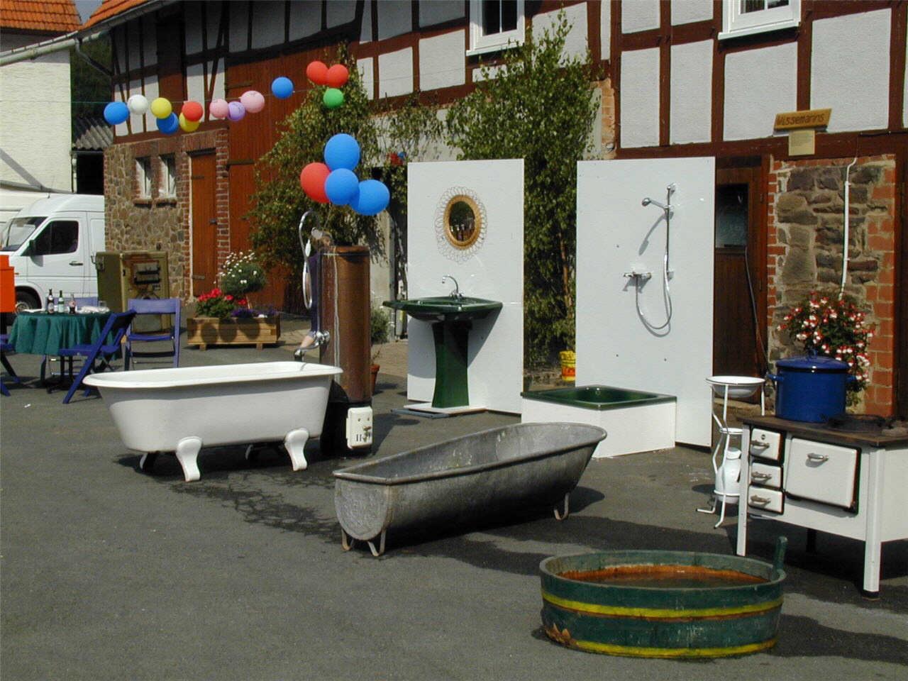 Alte Badewannen, Waschbecken und Kessel auf Kruppas (Wissemanns) Hof.