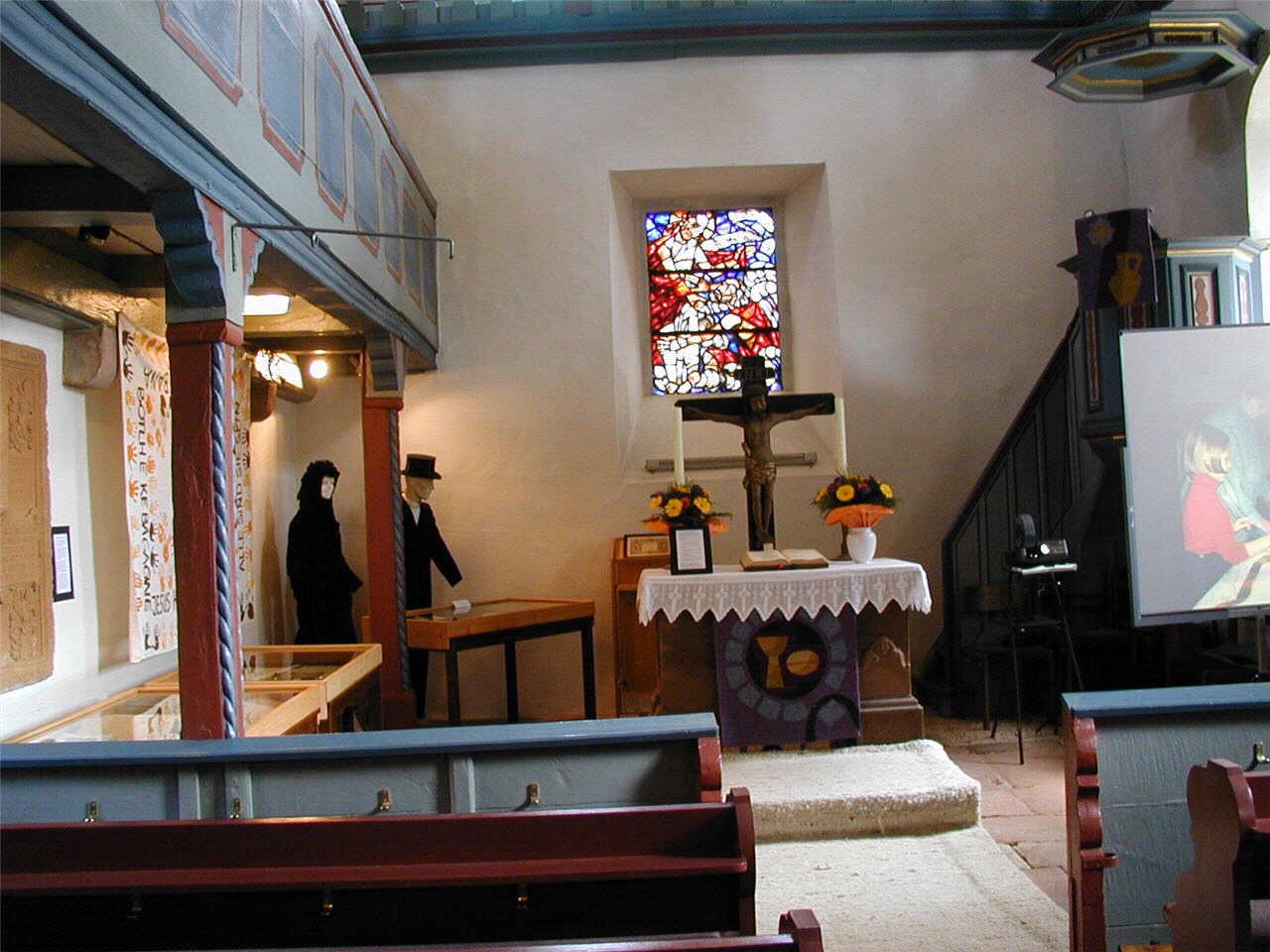 Blick auf den Altar und Brautleute in der Petri Kirche.