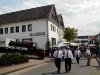 Bewirtung vor dem Gasthof Thiele (Schmieddehns), im Bild zu sehen Armin Vogel und Fritz Mitze. (© Detlef Battefeld)
