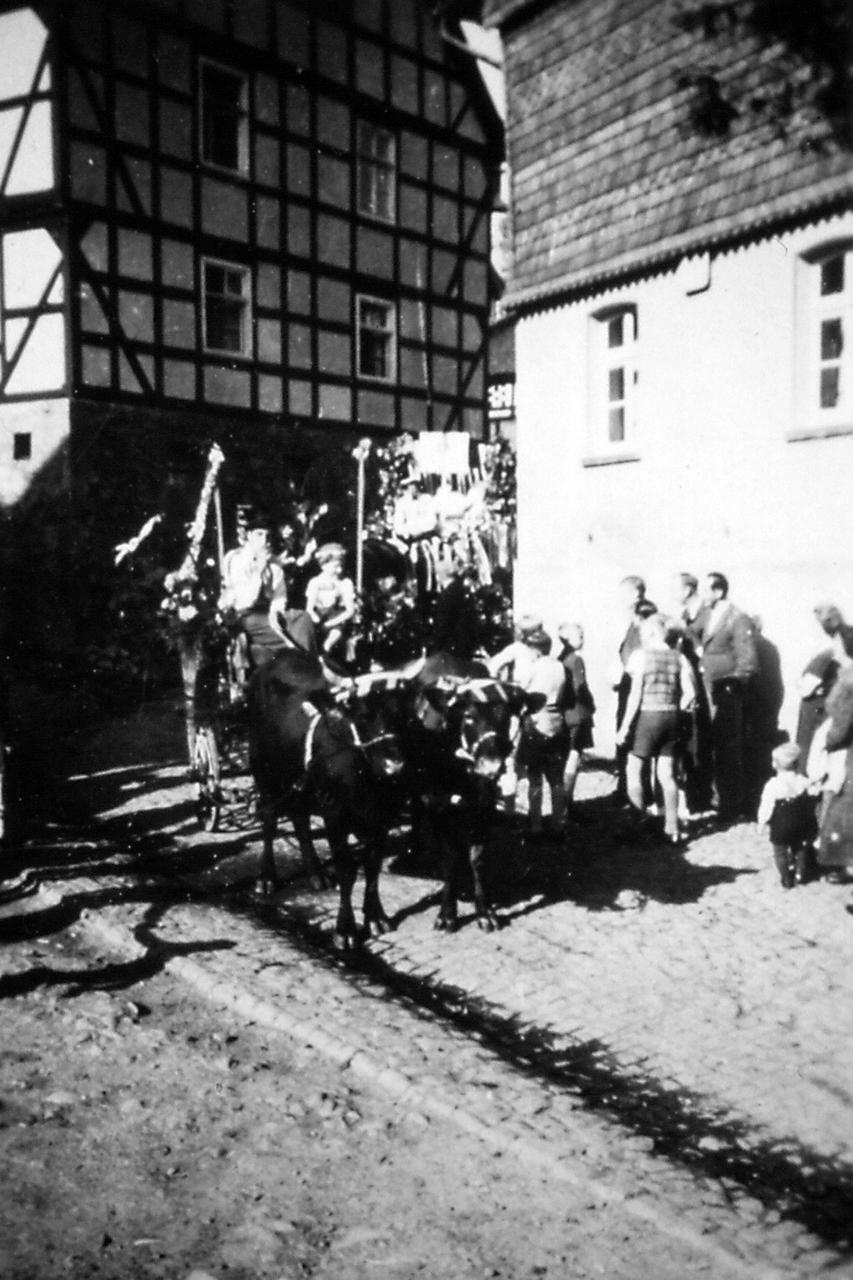"""Festwagen zum Festzug 1100 Jahrfeier Heimatvertriebene bei """"Manuels"""" Haus, Ringstraße 11, 1950. (© Stadt Frankenberg Eder)"""
