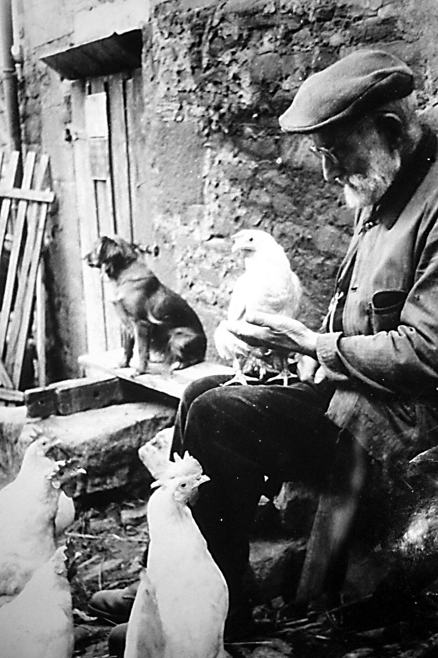 """Opa Peter Pfingst mit Hund """"Mulli"""". (© Stadt Frankenberg Eder)"""