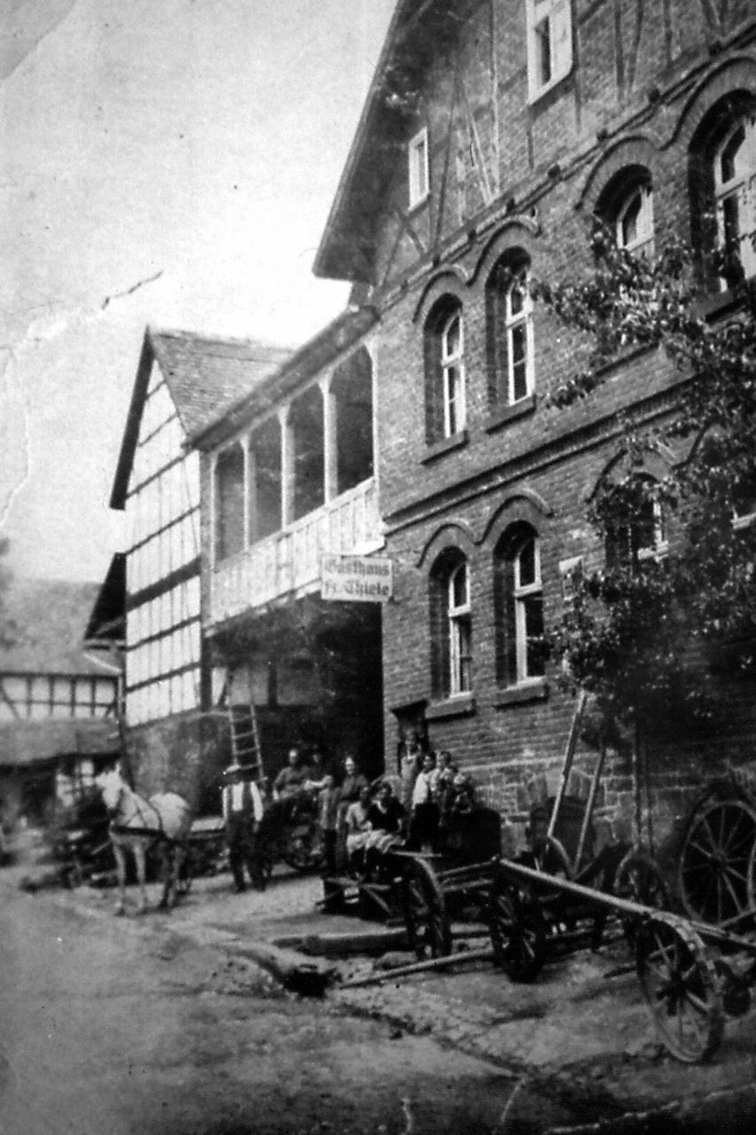 """Landwirtschaftliche Geräte bei der """"Schmiede"""" Thiele.. (© Stadt Frankenberg Eder)"""