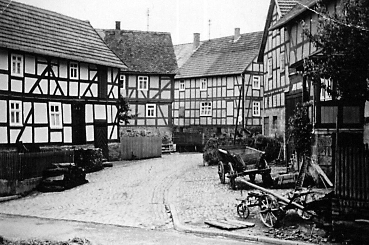 """Blick in die Ringstraße auf """"Schwoben"""" und """"Hillen"""" Haus.  (© Stadt Frankenberg Eder)"""