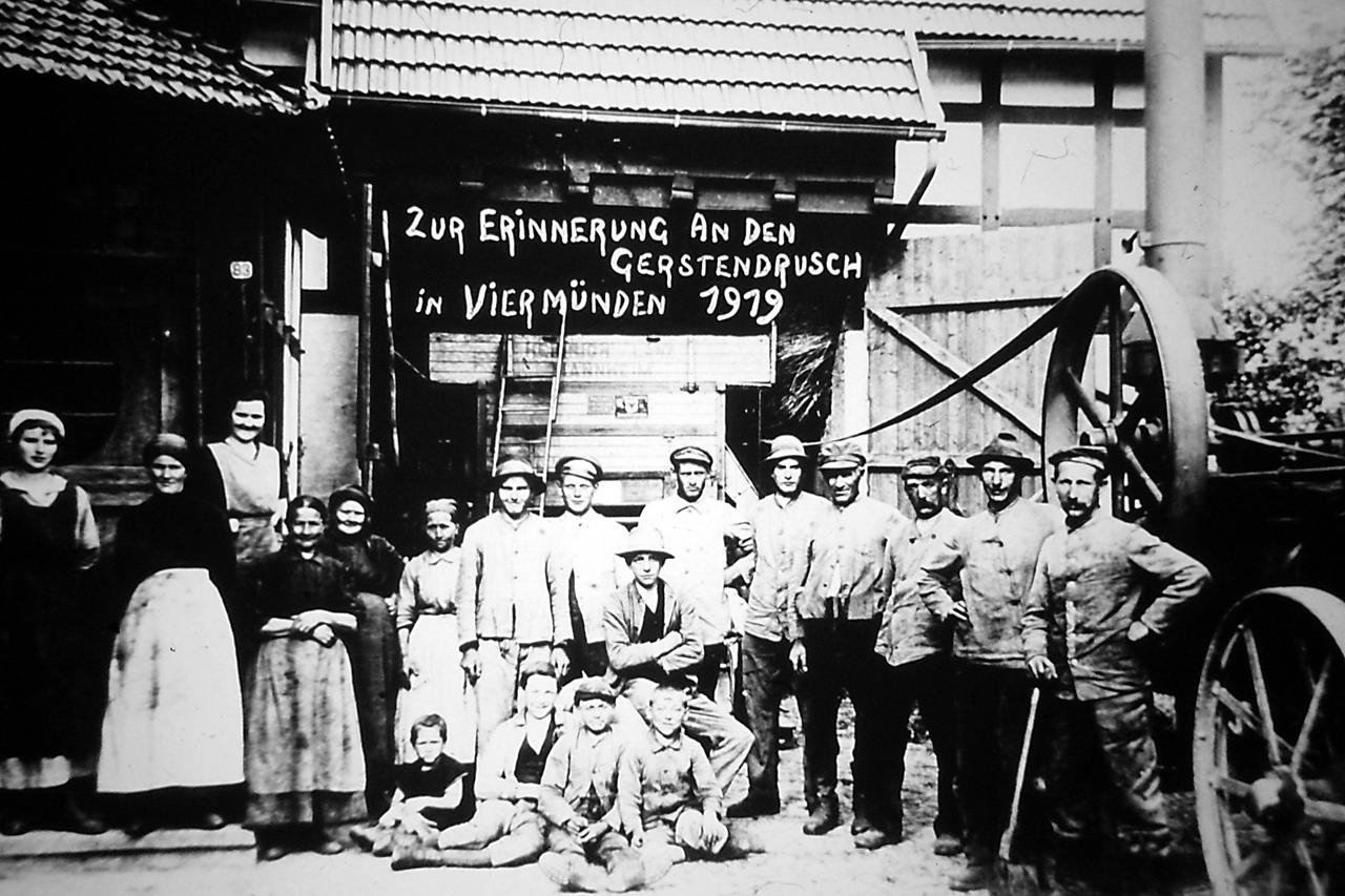 Dreschmaschine nochmit Dampfmaschinenantrieb bei Wenden am Schmittenbach 4,1919. (© Stadt Frankenberg Eder)