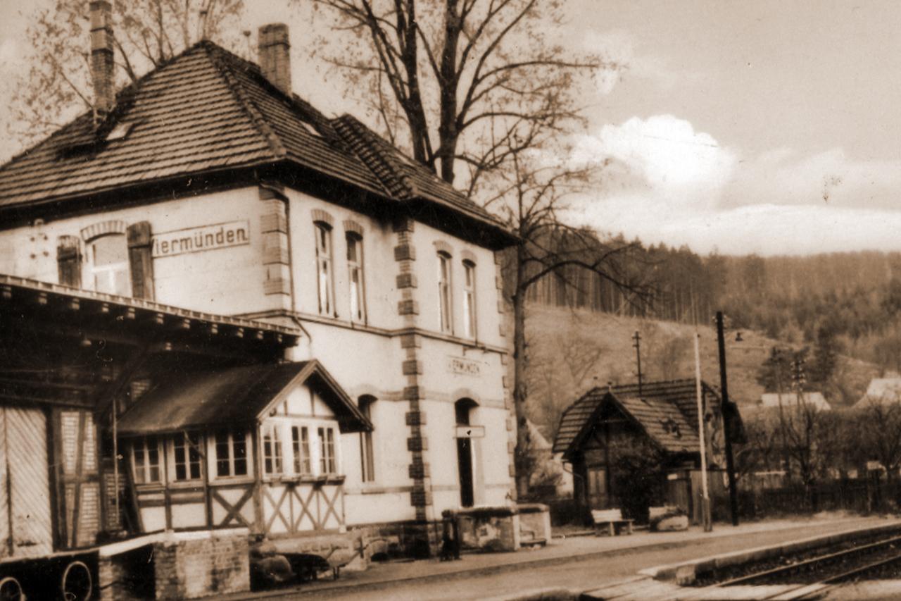 Blick auf den Bahnhof, das Latrinenhaus steht noch, Anfang der 50er. (© Karl-Hermann Völker)
