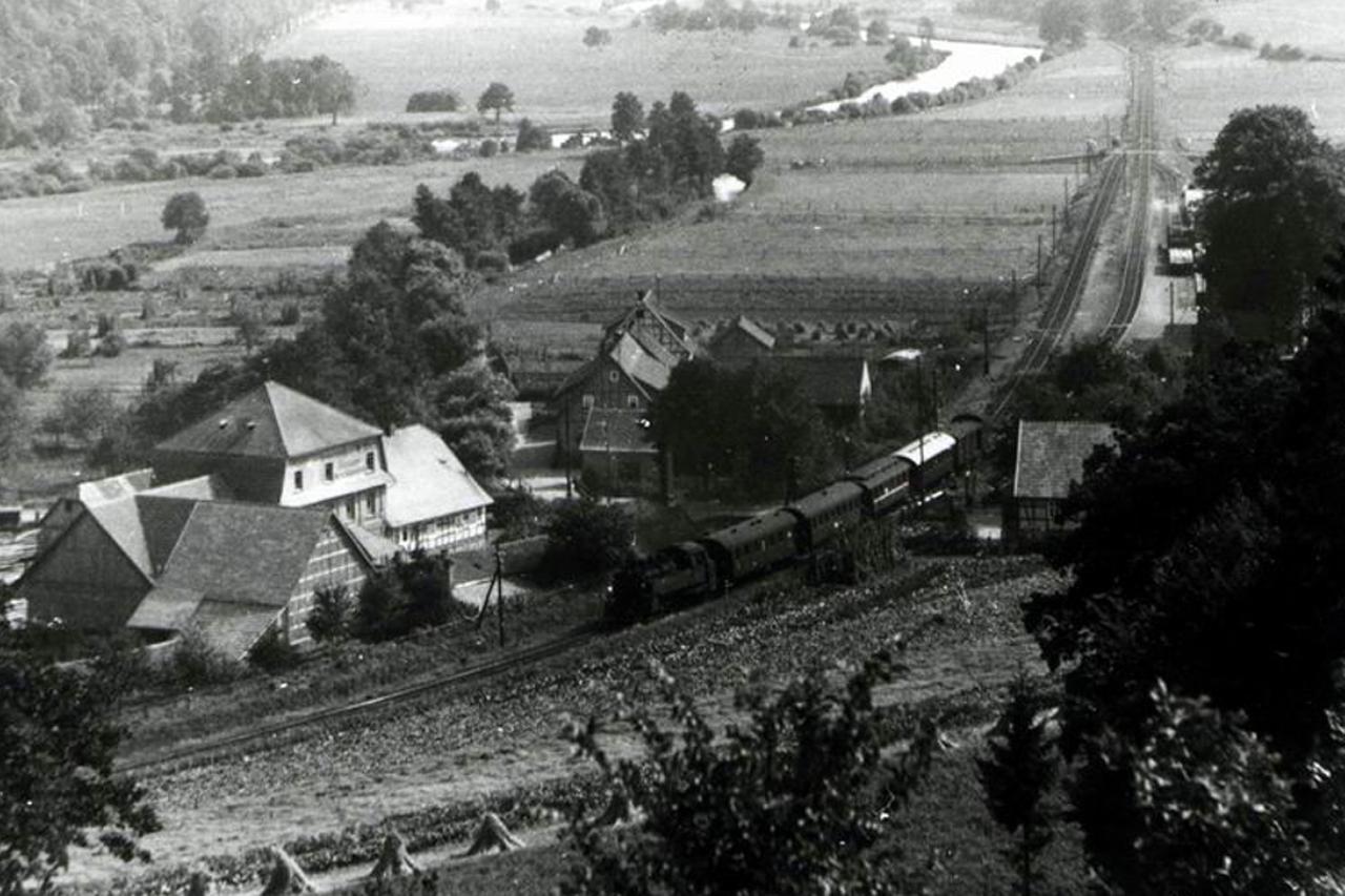 Personenzug in Fahrtrichtung Ederbringhausen, Oberhalb der Mühle um 1958.