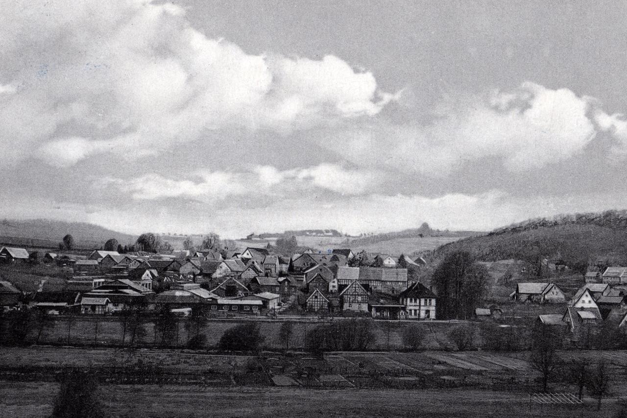 Blick auf Viermünden von der Ederstraße (Kahlen Berg) um 1950 bis 1955. (© Stadt Frankenberg Eder)