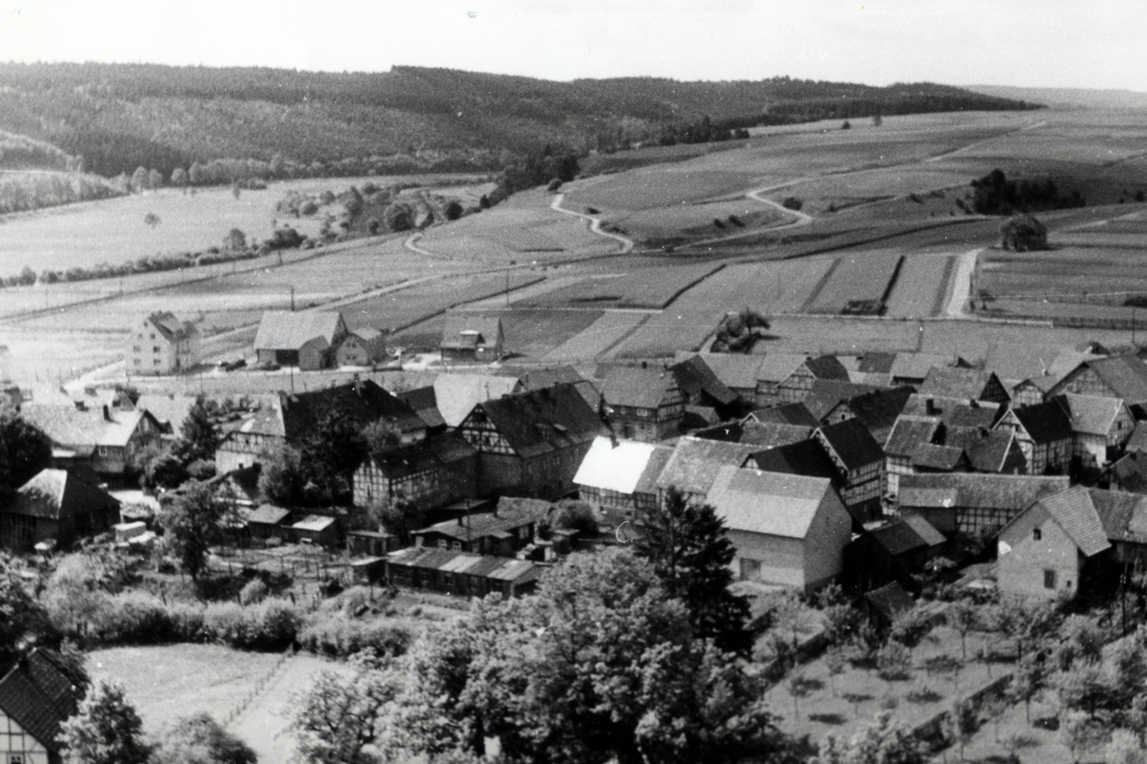 Aufnahme vom Hainsemannskopfauf Baracken von Kriegsgefangenen, Teile der Baracken für heutiges Verkehrsvereinshäuschen, Aufnahme vom 7. Juni 1954.