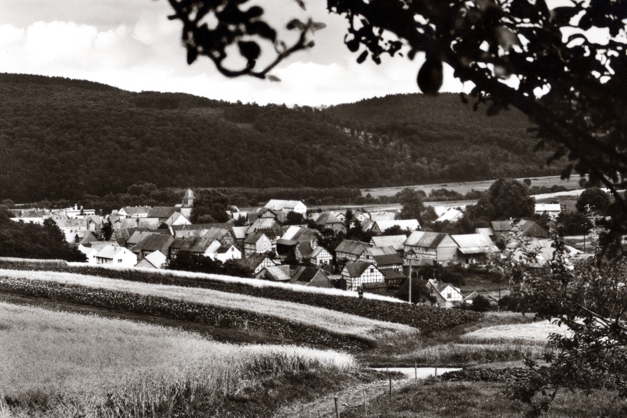 Blick ins Dorf von der Höhe des Eichholtz (heute Eichholzweg Höhe Göler), Aufnahme zwischen 1956 und 1963. (© Karl-Hermann Völker)