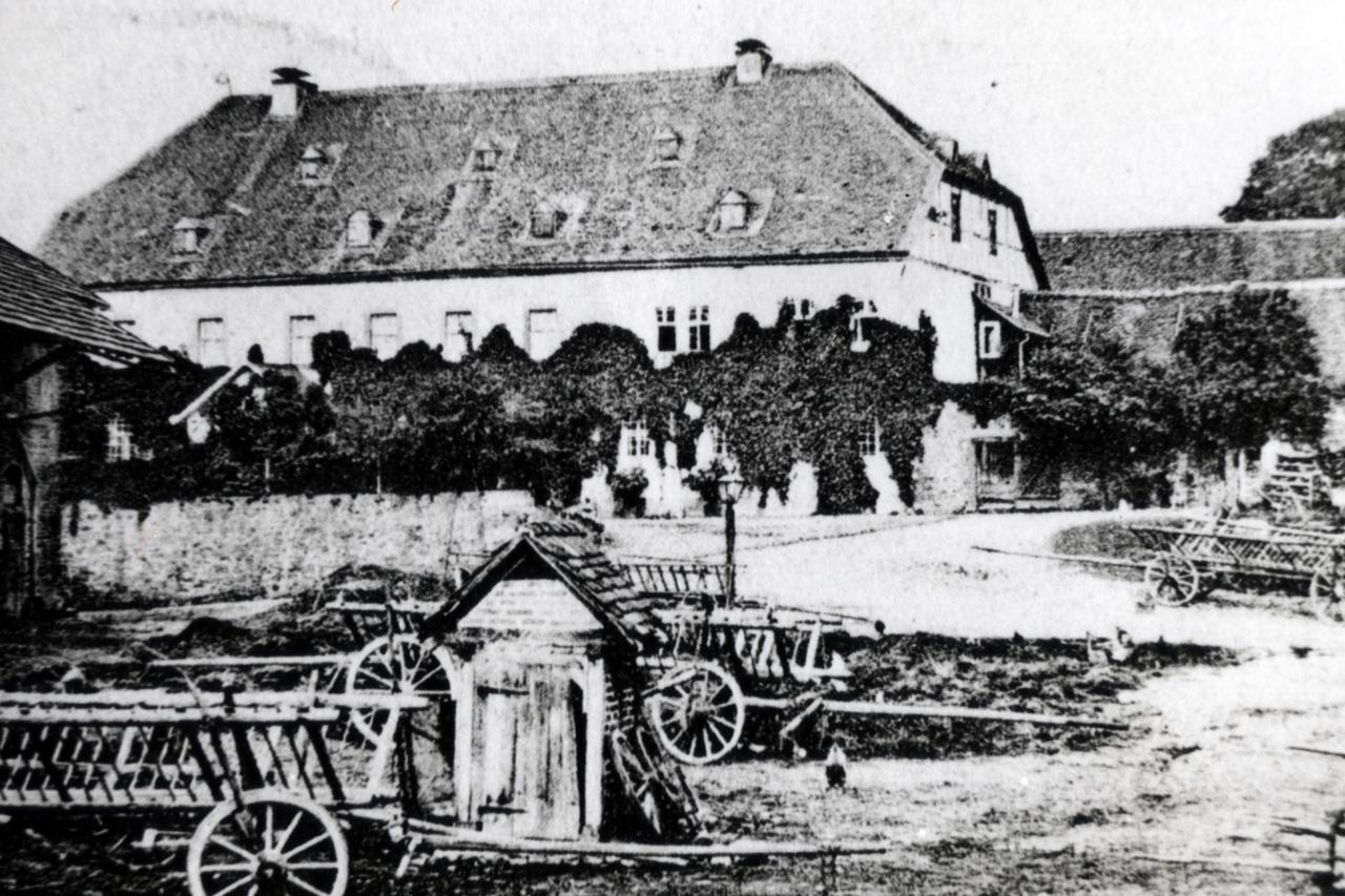 Rittergut mit Gutshof um 1900, Ansicht auf den Gutshof Richtung Nord-West. (© Stadt Frankenberg Eder)