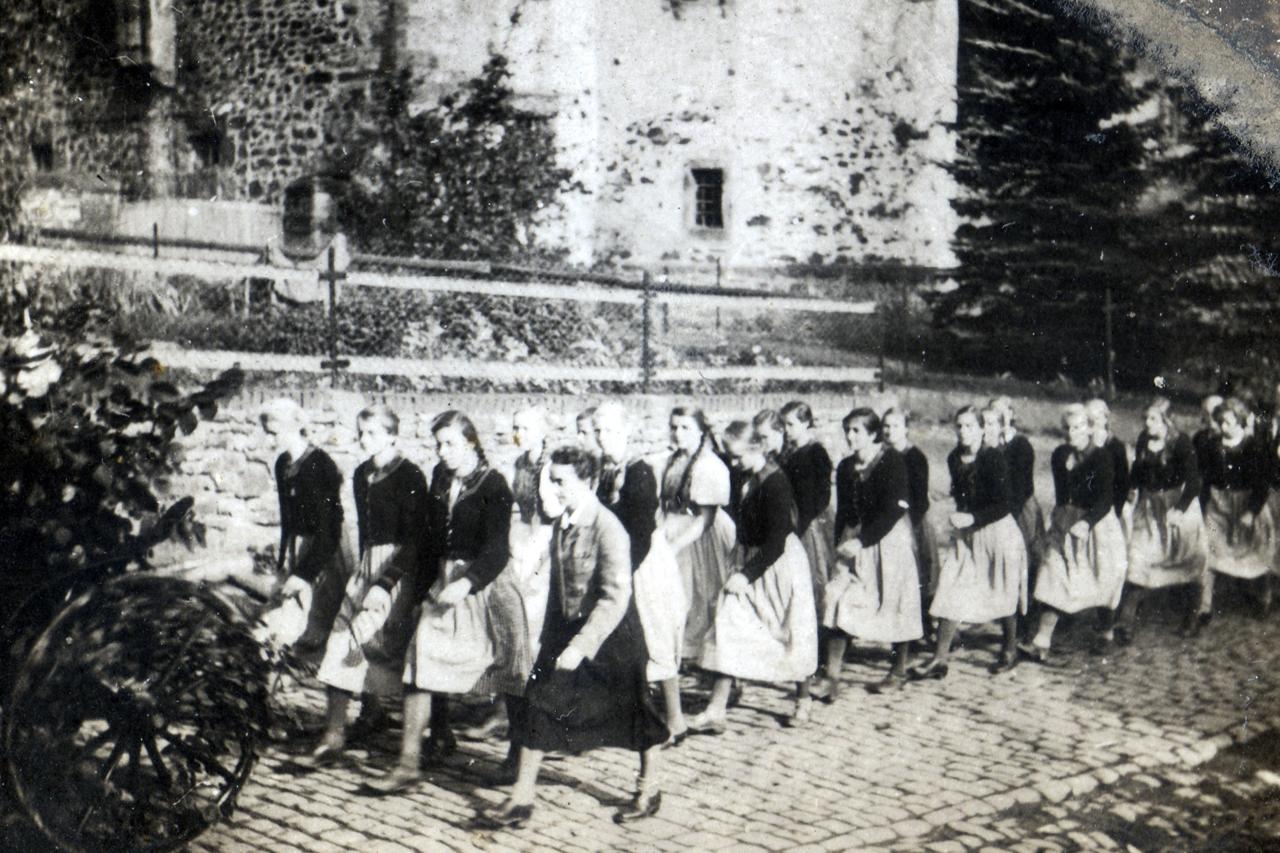 Dorfstraße 1939, Höhe Oberhof - Mädchen aus Ederbringhausen (Landjahrlager für Mädchen war in Ederbringhausen) beim Schützenfest mit Lagerführerin. (© Familie Adolf Kruppa)