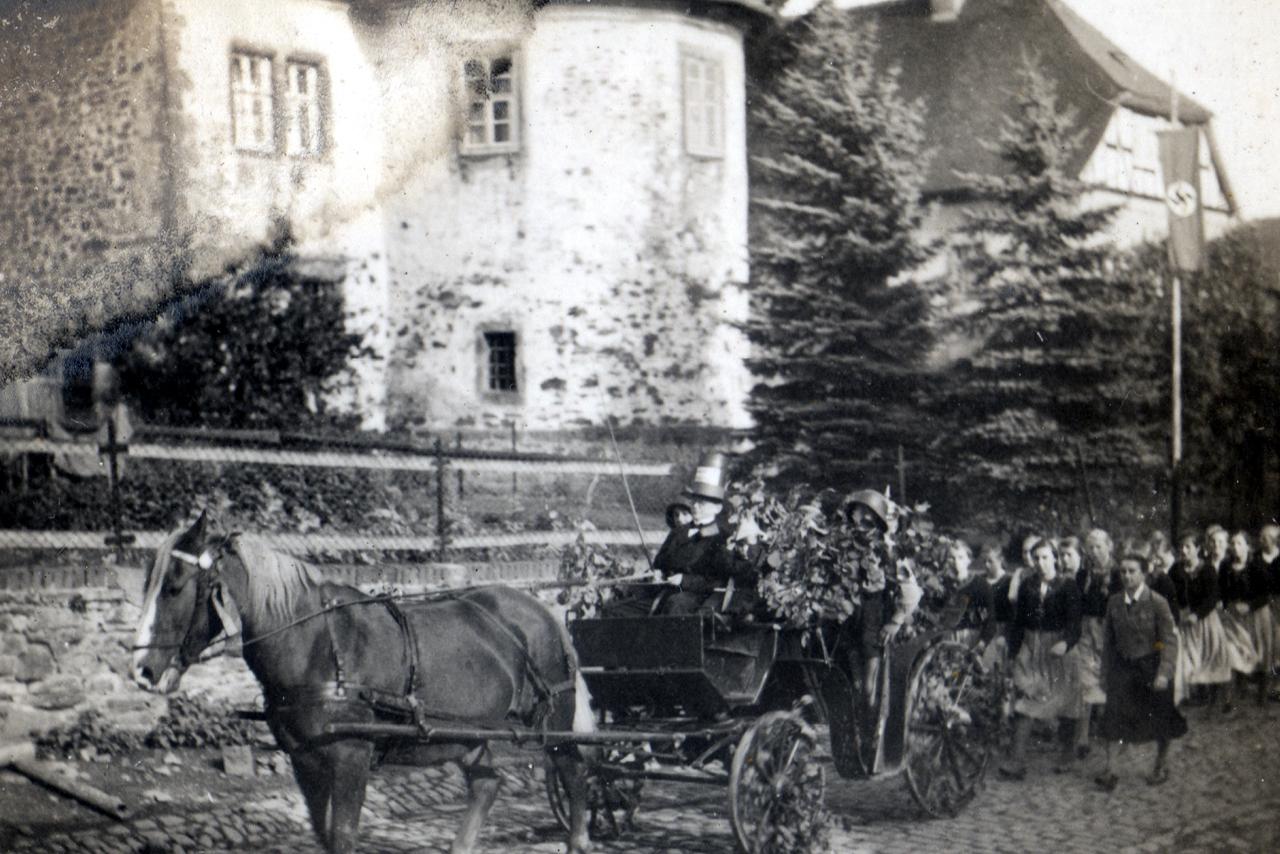 Dorfstraße 1939, Höhe Oberhof - Mädchen aus Ederbringhausen Beim Schützenfest mit Lagerführerin vorne rechts neben der Kutsche. (© Familie Adolf Kruppa)