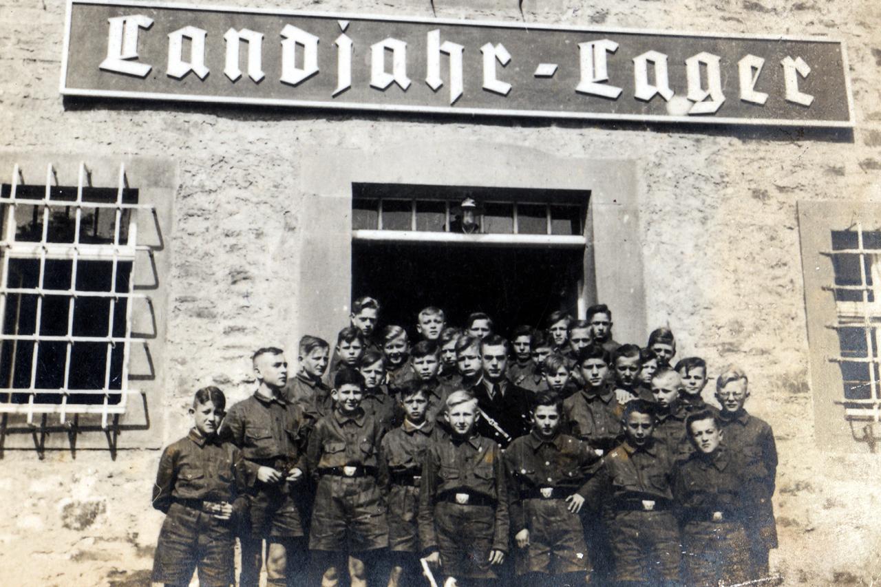 Gruppenbild Landjahrlager Guthofgebäude 1939 mit Gruppenführer Spor. (© Familie Adolf Kruppa)