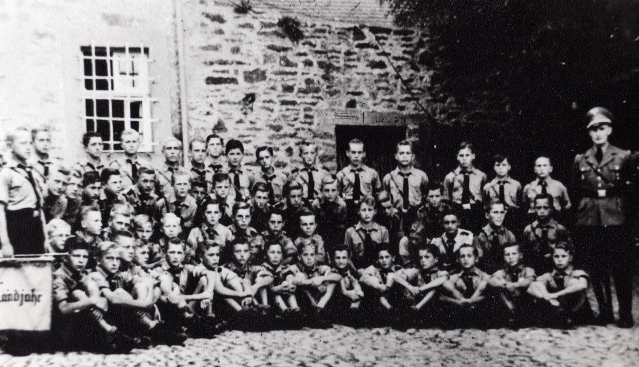 Landjahrlager Gruppenbild 1939, links zu sehen ist der Wachraum, rechts die Duschräume und Toiletten, ganz rechts steht der Gruppenführer Hose. (© Familie Adolf Kruppa)