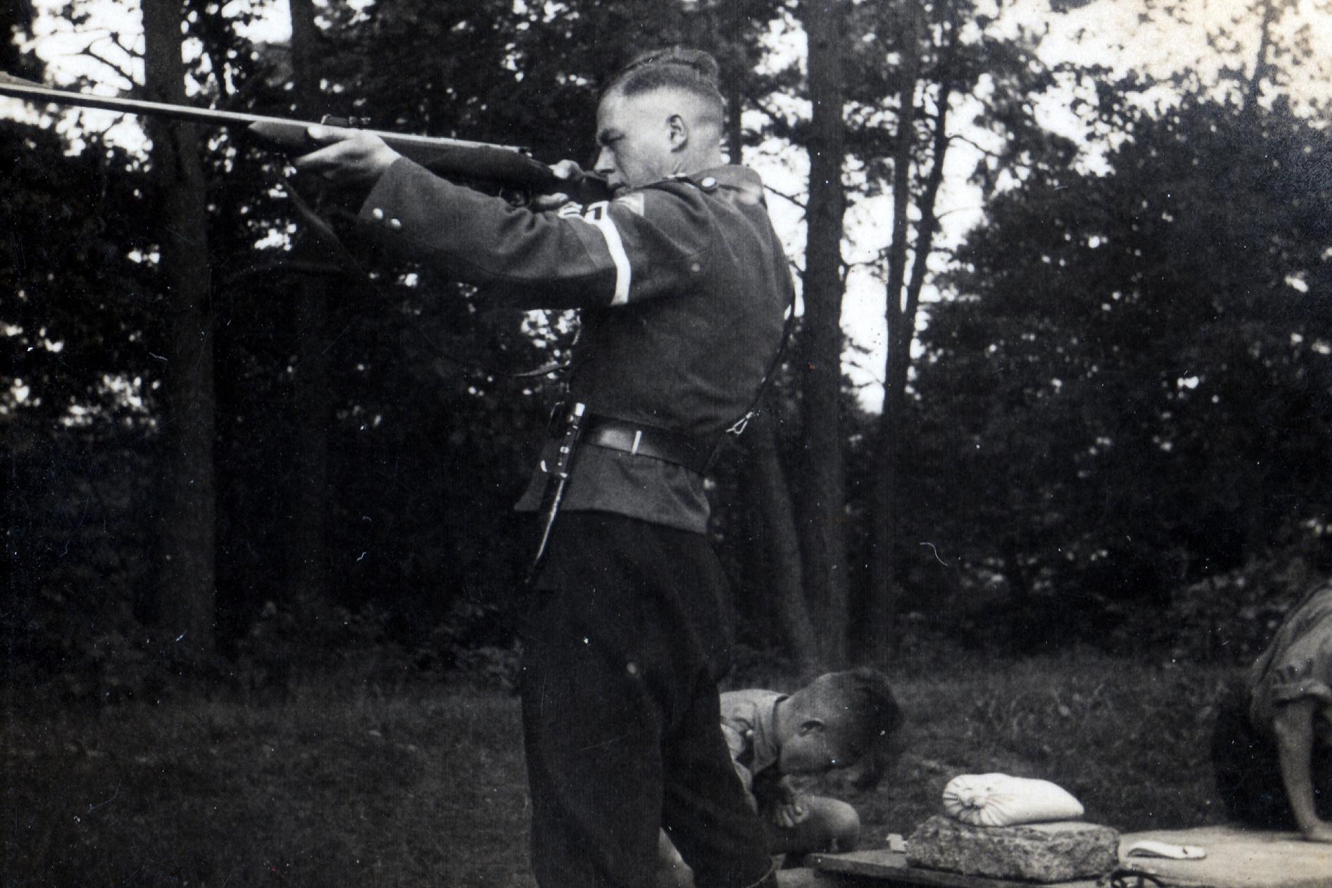 Gruppenführer Spor bei Schießübungen 1939. (© Familie Adolf Kruppa)