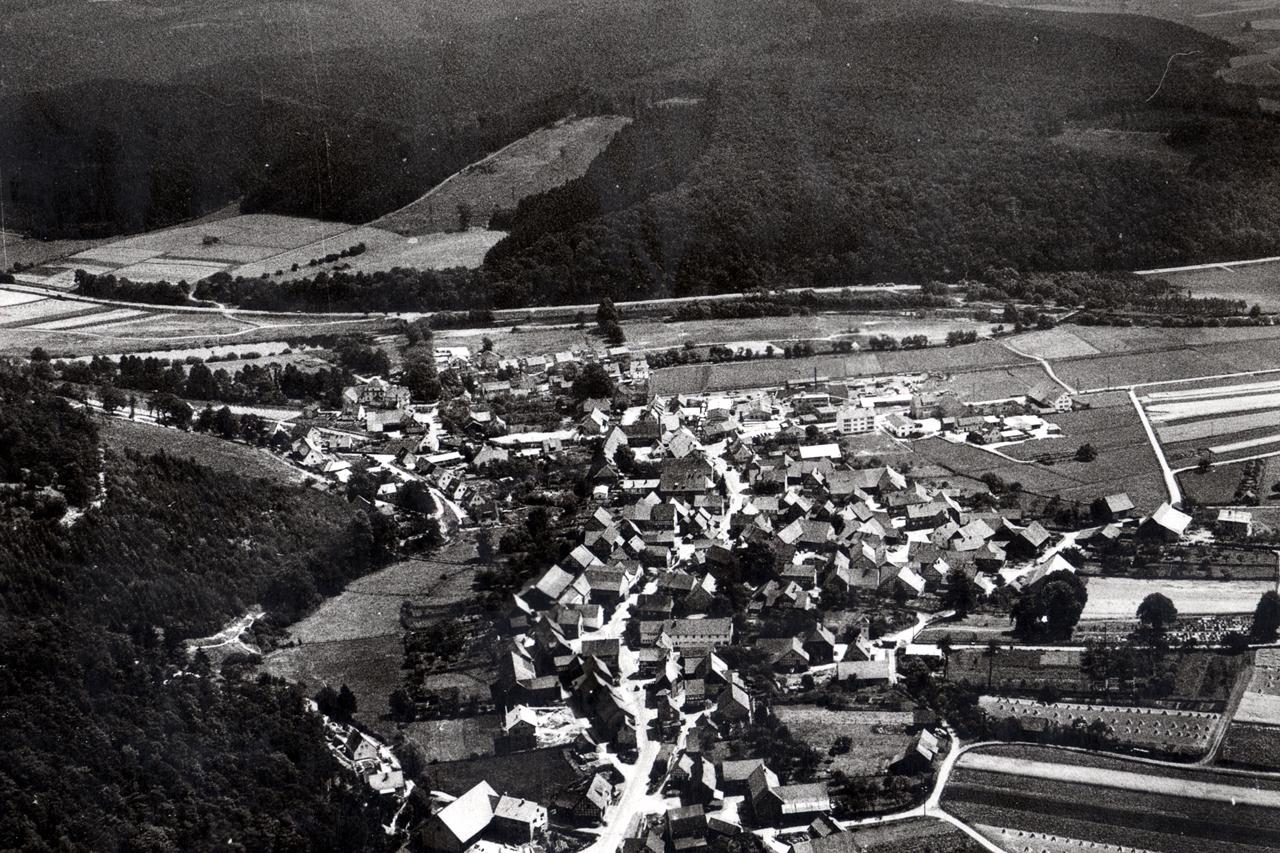 Luftaufnahme von Viermünden, die beide alte Schulen stehen noch, die neue Schule ist bereits fertig, Aufnahme um 1960.(© Ansichtskarte Dortmund: Cramers Kunstanstalt)