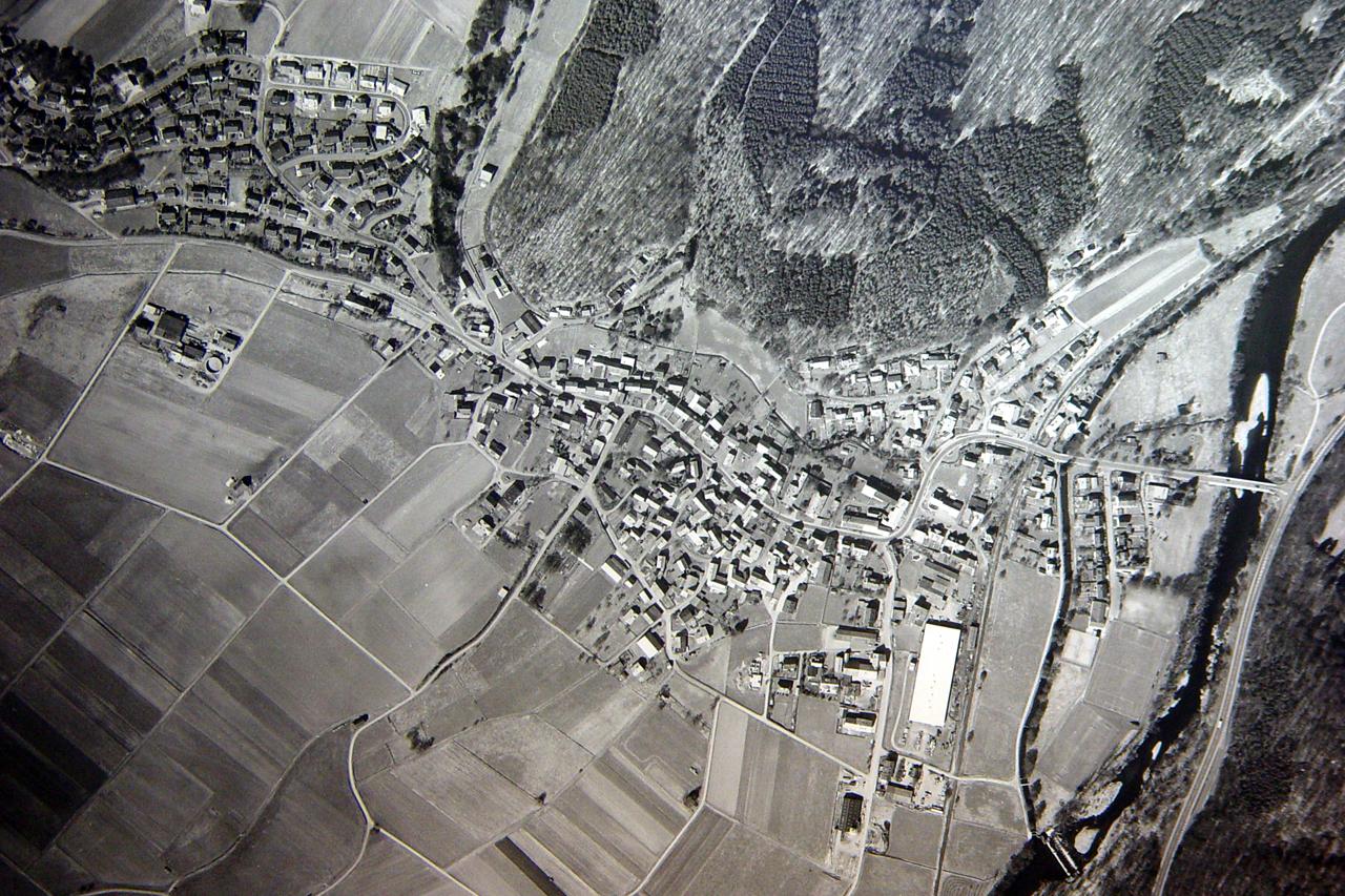 Luftaufnahme von Viermünden im Frühjahr 1998. (© Stadt Frankenberg Eder)