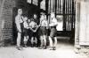 Landjahr 1939 beim Holzschuppen (Gutshof), ganz rechts Adolf Kruppa. (© Familie Adolf Kruppa)