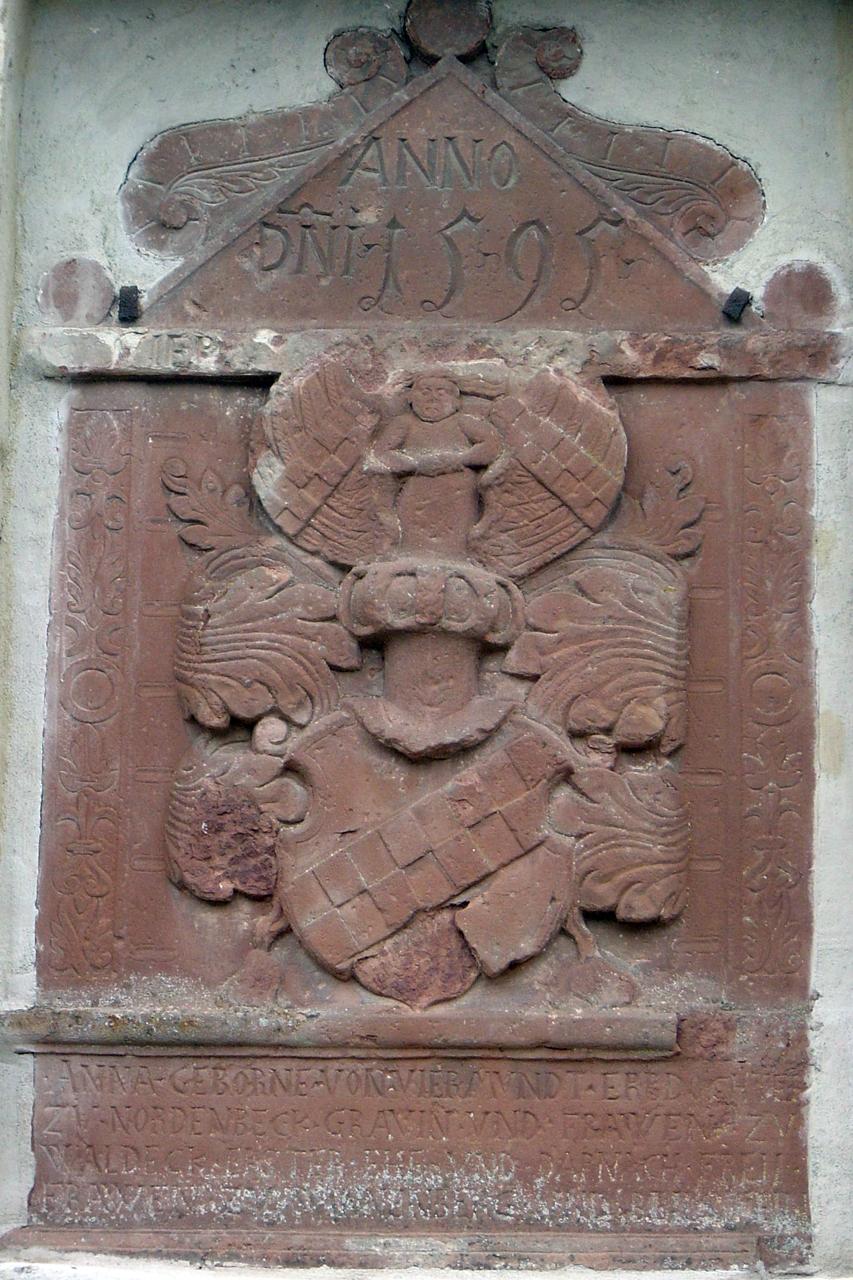 Das Wappen zeigt den geschachtelten Schrägbalken derer von Viermünden. (© Hans-Otto Landau)