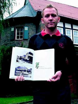 Hat die Geschichte seines Heimatdorfes Viermünden dokumentiert:  Mike Schwarz, hier vor dem ehemaligen Gutshof in Viermünden, der heute in Privatbesitz ist.  Foto: Battefeld