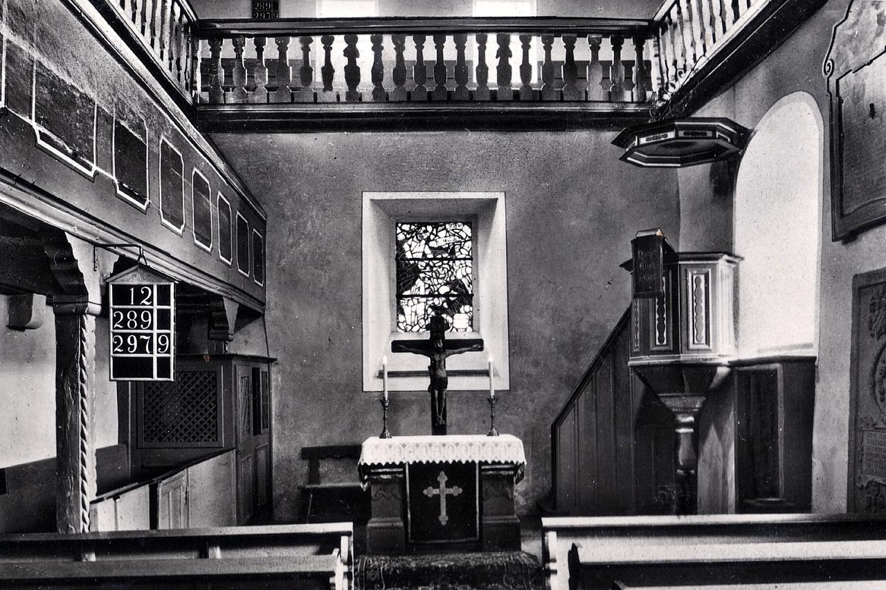 Blick auf den Altar vor der letzten Umgestaltung zu Pfarrer Busses Zeiten um 1978. (© Karl-Hermann Völker)