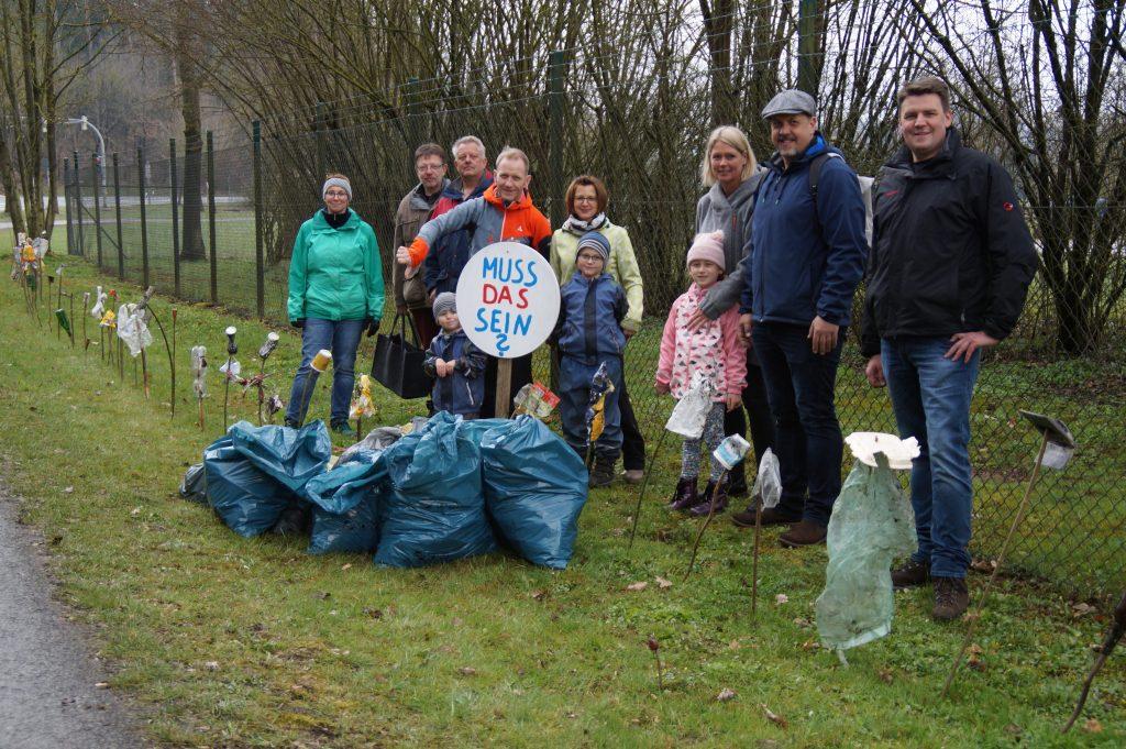 Ortsbeirat Viermünden und Familienmitglieder bei Müllsammelaktion entlang des Radweges Viermünden nach Frankenberg in Zusammenarbeit mit der NAJU